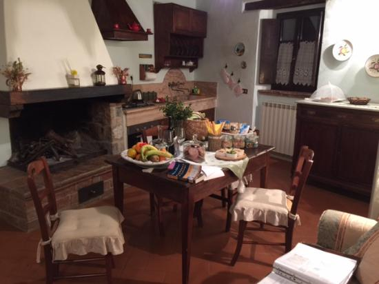 Agriturismo Cretaiole di Luciano Moricciani: The sitting room and the wonderful display of local foods that greeted us.
