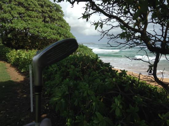 Wailua Golf Course : Crashing waves creates zen presence