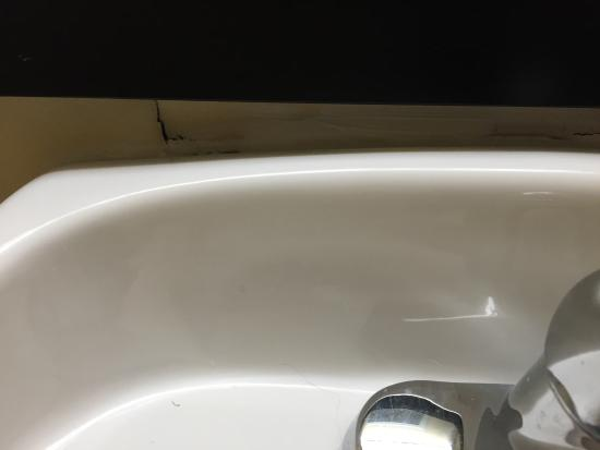 GuestHouse Suites El Paso Airport: Sink falling off wall