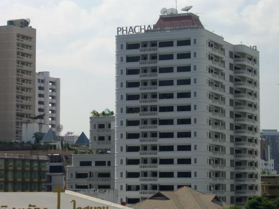 Phachara Suites: ナナ駅から見たホテル