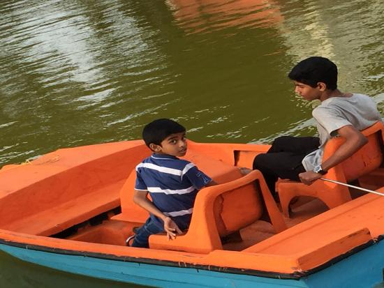 Vijay Beach Park: Kids with Boat