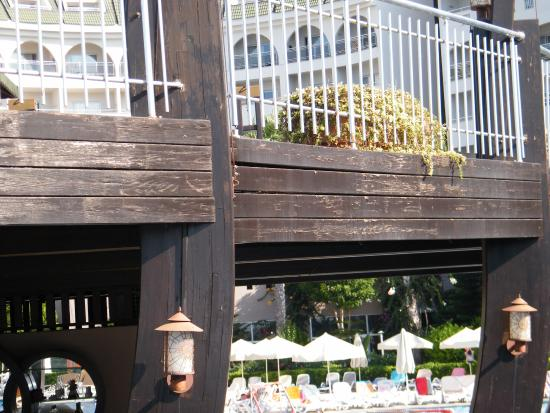 Amelia Beach Resort & Spa: wood broken