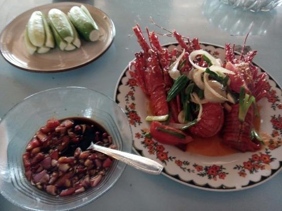 Ranca Buaya: Lobster laut. 75rb = 6 ons. Rumah makan pondok bambu, pantai rancabuaya