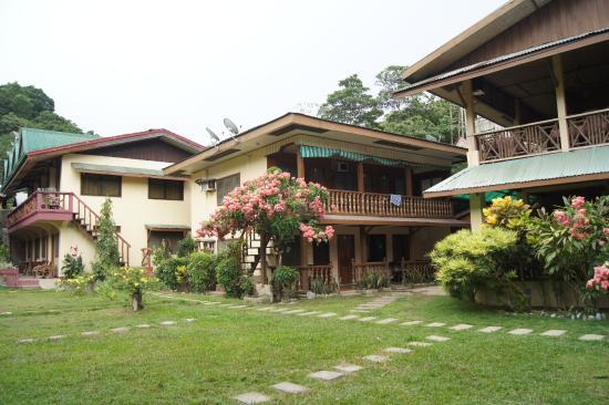Lally and Abet Beach Cottages: Het hotel en de binnentuin