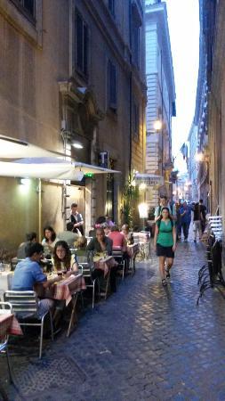 Ristorante La Fontana : Улица,ведущая к ресторану