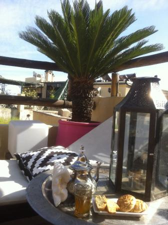 Riad Anata: Relaxing in the toproof terrace and enjoying a nice moroccan tea
