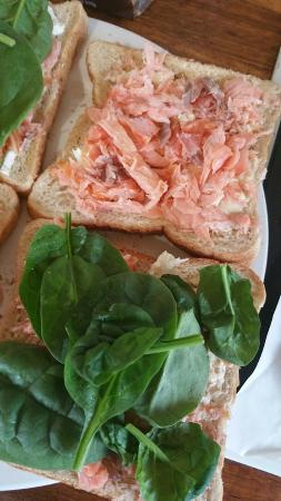 41 South Salmon and Ginseng Farm and Cafe: Making my own sandwich with the salmon bought
