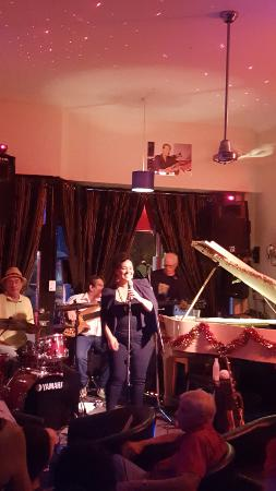 Bernie's Jazz and Piano Cafe : Band with guest singer