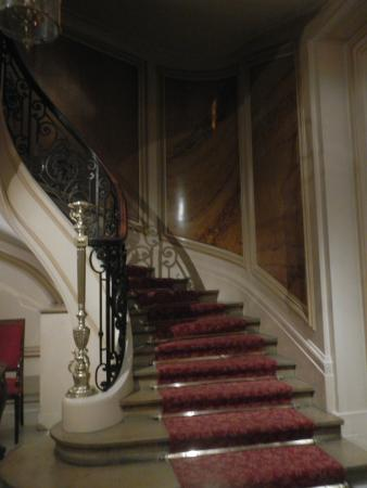 Normandy Hotel: Stairs from Lobby up to rooms