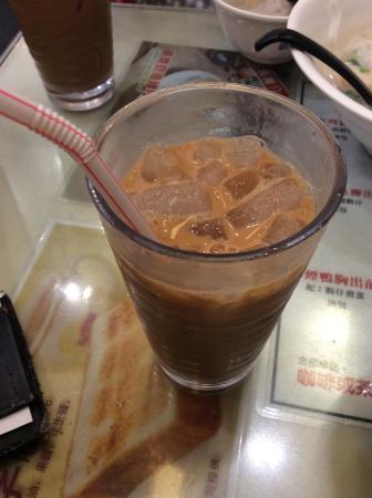 Aberdeen Fish Ball & Noodles Restaurant: 珈琲の中に紅茶を入れたドリンク