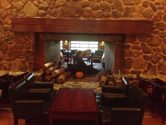 Le bar et la chemin e photo de disney 39 s sequoia lodge for Interieur hotel disney