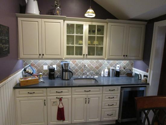 Fair Haven, VT: Guest Wet Bar - Kitchen