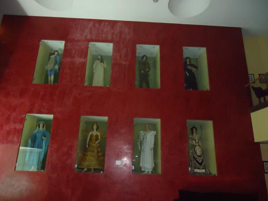 Vila Galé Ópera: Saguão do Hall de entrada do Hotel. Manequins com roupas de cantores de ópera
