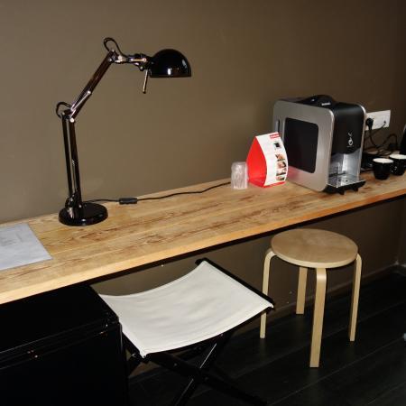 Hotel O Ieper - Grote Markt : Deze tafel met koffiezet en waterkoker stond 1m van het bed