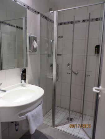 Hotel Krokodil: The bathroom