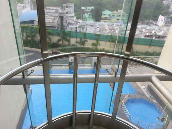 Four Points by Sheraton Visakhapatnam: Beautiful open feeling with glass elevator shaft overlooking pool. View from room