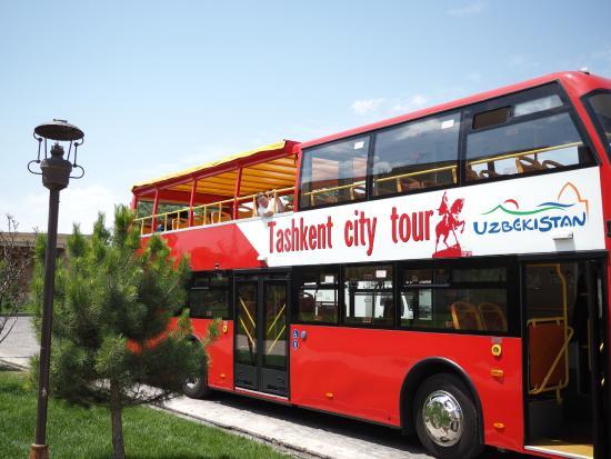 Hotel Uzbekistan: Экскурсионный автобус у отеля Узбекистан