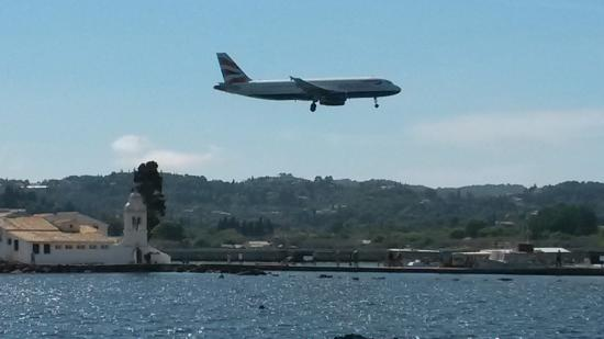 Kanoni, Greece: Из окна ресторана видно, как садятся самолеты!