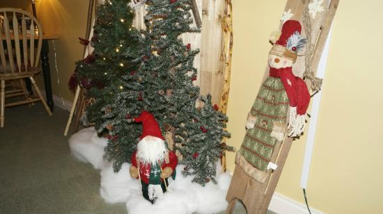 The Inn at the Ninth Hole: winter decor in breakfast lounge