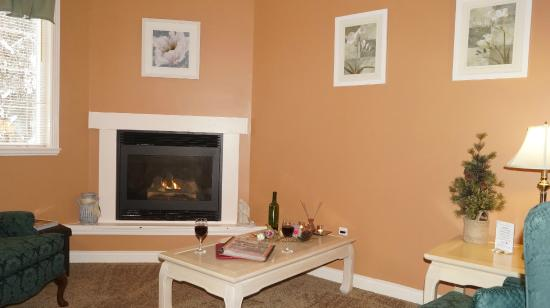 The Inn at the Ninth Hole: around the fireplace with a glass of .....
