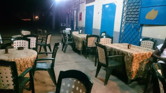 Kerr Serign, Gambia: Fredy's 777 seating area outside in front of the restaurant