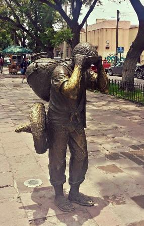 "San Luis Potosi, Μεξικό: Statues depicting ""water boys"" delivering the water to residents symbolize the importance of the"