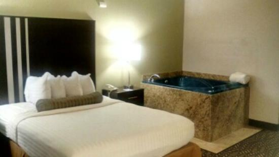 Chesterton, IN: Queen Whirlpool Room