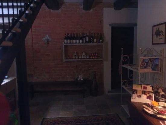 Tenuta Polledro B&B : В отеле предлагают местные вина на продажу