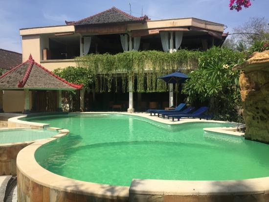Villa Almarik Resort Lombok: Front view of hotel - pool and reception