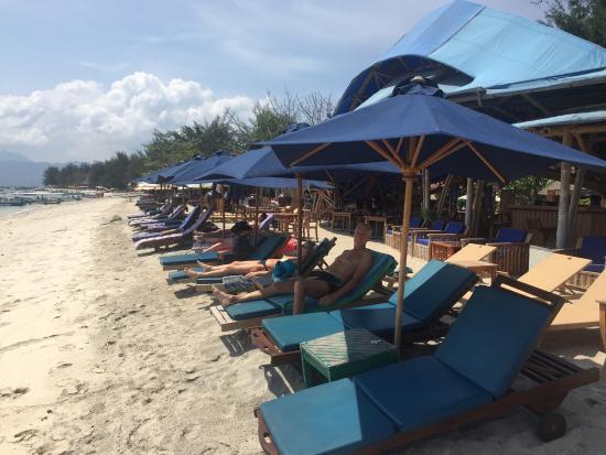 Villa Almarik Resort Lombok: beach chairs just next to outdoor restaurant