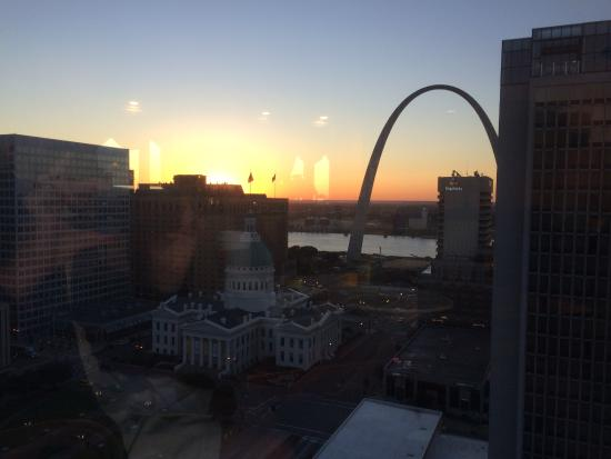 Hilton St. Louis at the Ballpark: View of Arch from Executive Lounge