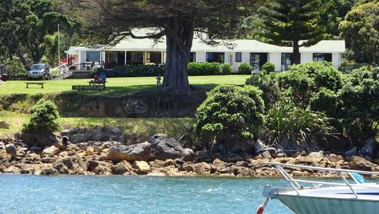 Whangapara, Nova Zelândia: Great Barrier Lodge from the water.