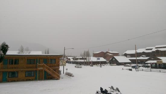Spirit Lake Lodge: snowy morning before our snowmobile ride
