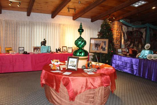 Old Orchard Inn & Spa: Fireside Lounge Decorated for Silent Auction