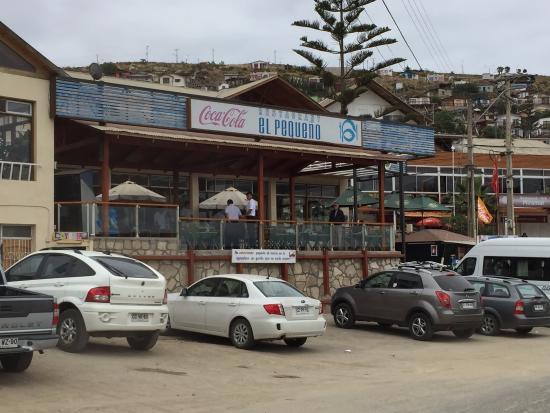 El Pequeno: Frontis del restaurante, ponga atención al letrero del estacionamiento