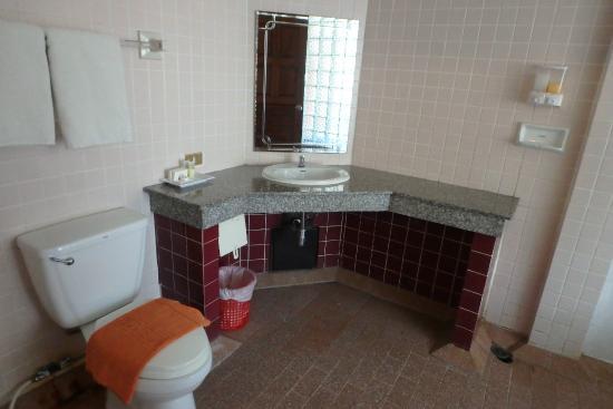 กะรน คาเฟ่ อินน์: Grand Deluxe bathroom
