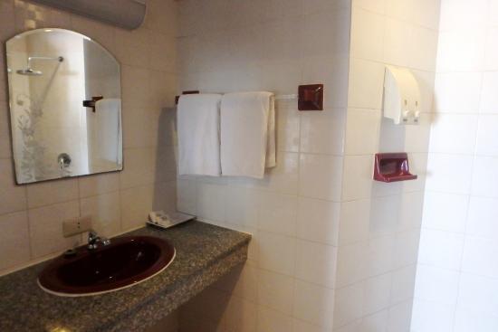 กะรน คาเฟ่ อินน์: Deluxe room bathroom
