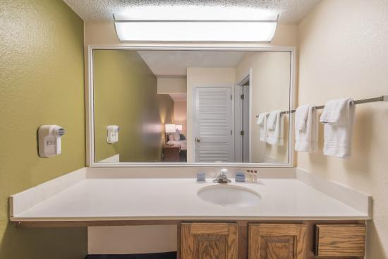 Hawthorn Suites by Wyndham Fort Worth/medical Center: Restroom