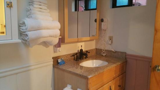 Andril Fireplace Cottages: Room 26 Bathroom