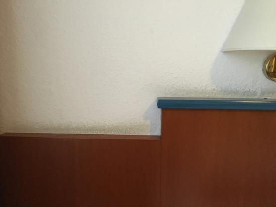 Kolossos Hotel: Schwarze Putzkanten an Möbeln