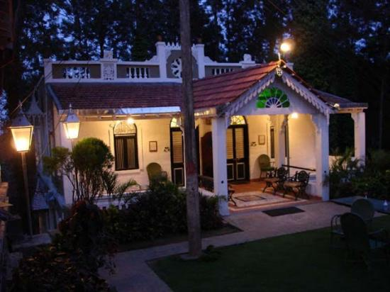 INDeco's Lake Forest Hotel Yercaud: English Suites