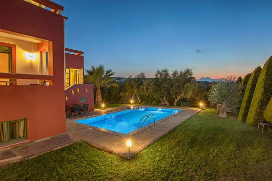 Xiro Chorio, Греция: Villa Kiikas- Swimming pool and garden area