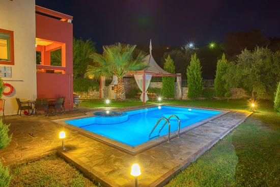 Xiro Chorio, Греция: Alkyoni villa- Swimming pool in a bright green garden