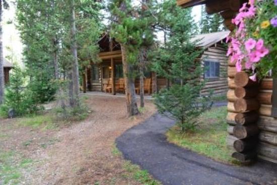 Jenny Lake Lodge: Weg führt direkt am Zimmer vorbei - einsichtbar
