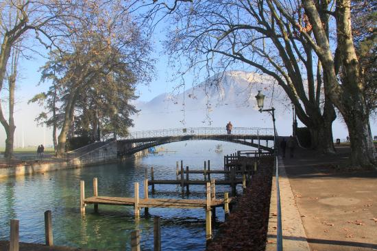 christmas lights on pont d 39 amour picture of pont des amours annecy tripadvisor. Black Bedroom Furniture Sets. Home Design Ideas