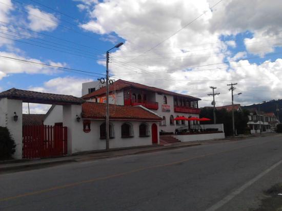 Hotel Cabanas El Porton: ubicacion hotel, via a las piscinas termales, mano izquierda