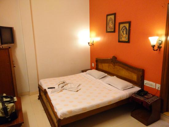 Sunder Palace Guest House: Bed, with clean sheets