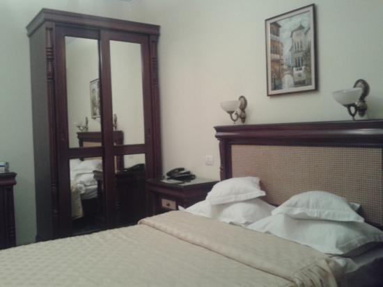 Victoria Hotel: кровать и шкаф