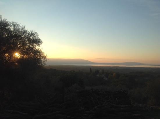 Ischitella, Italia: Tramonto con lago, mare e isole tremiti all'orizzonte