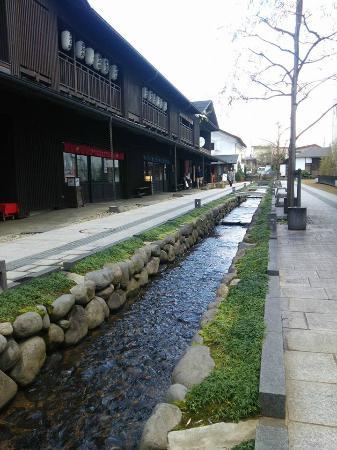 Nanukamachi Gotenzeki: 水路と木造の建物